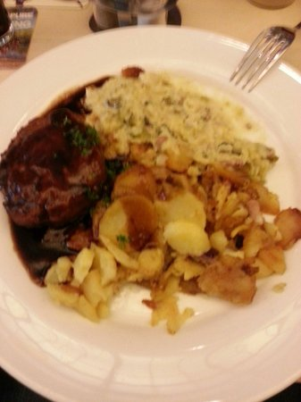 Gaffel am Dom: Frikadelle con patate e insalata di verdure con salsa.