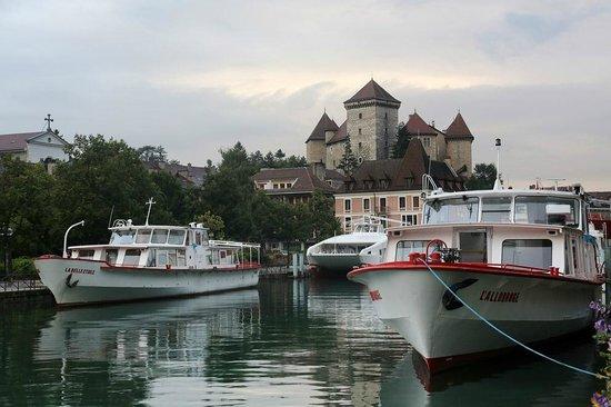 Château d'Annecy : Вид на замок с озера Анси