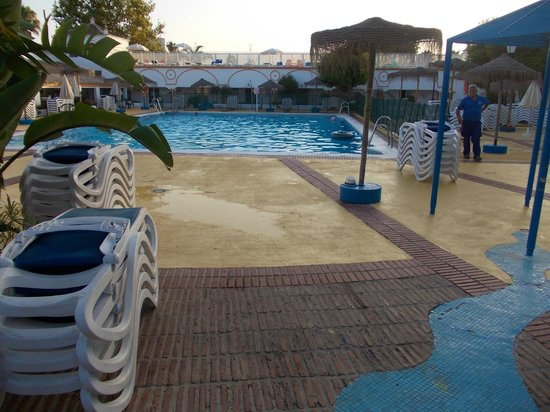 Globales Cortijo Blanco: The pool in the evening