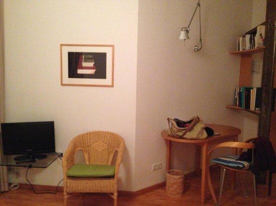 Art-Hotel Robert Mayer: TV und Schreibtisch