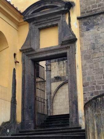 Chiesa di San Giovanni a Carbonara : l'accesso al sagrato