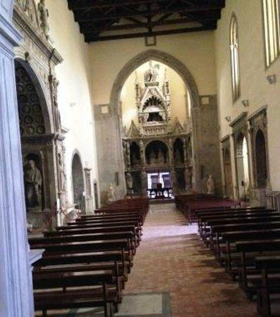 Chiesa di San Giovanni a Carbonara : tutta la navata dalla cappella di somma