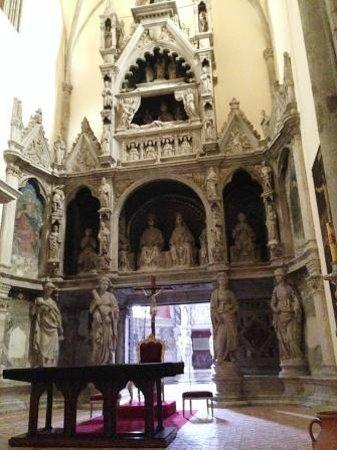 Chiesa di San Giovanni a Carbonara : l'insolito ingresso della cappella Caracciolo del sole