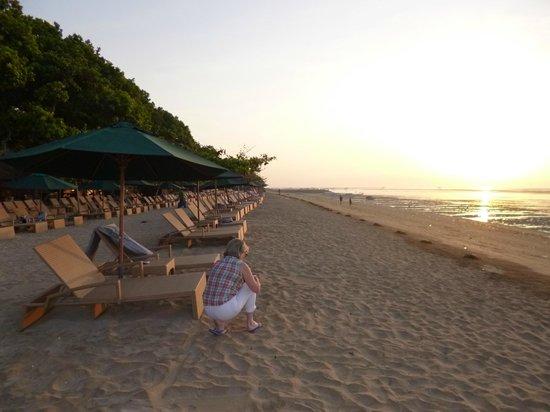 Prama Sanur Beach Bali : lever du jour sur la plage du Sanur Beach Hôtel