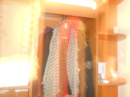 Premier Inn London Beckton Hotel: Porte manteaux avec cintres