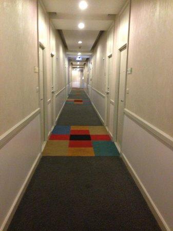 Legacy Express Sukhumvit by Compass Hospitality: Hotel Room Corridor (non aircon)