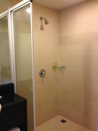 Legacy Express Sukhumvit by Compass Hospitality: Room Shower