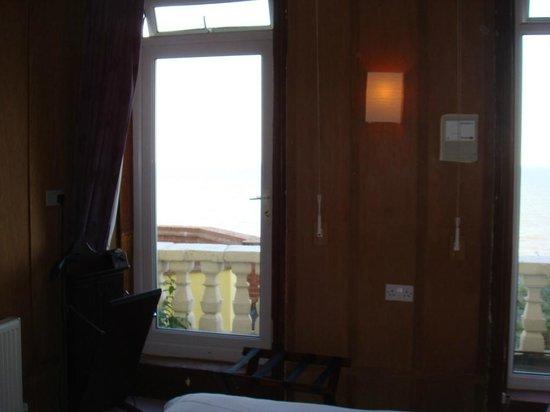 The Hotel Continental: Porte-fenêtre avec balcon
