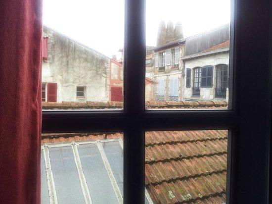 Hotel Le Port Neuf: Vue sur les toits depuis la chambre 3...