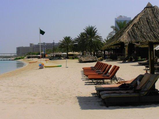 Le Meridien Mina Seyahi Beach Resort and Marina : пляж с былым песком