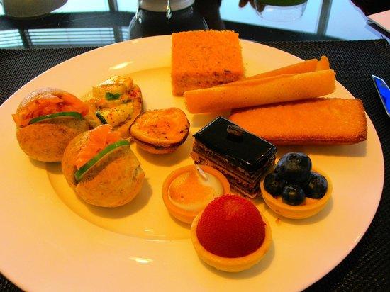Le Meridien Mina Seyahi Beach Resort and Marina : закуски к чаю