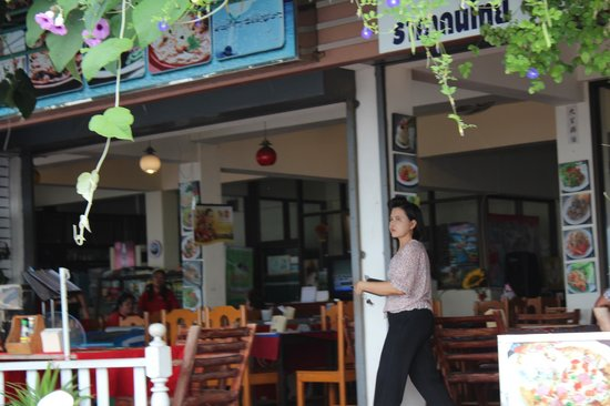 Krua Savoey Restaurant: boss? no smile, trying to be too serious
