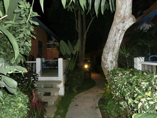 Lawana Resort : bei Nacht Weg zum Bungalow