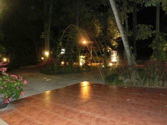 Lawana Resort : Eingang zum Hotel bei Nacht