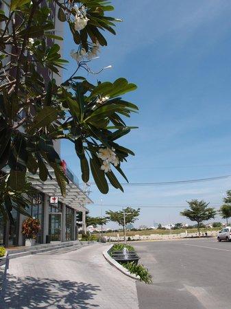 Ibis Saigon South Hotel : main enterance
