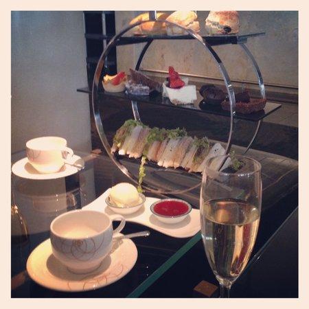 Crowne Plaza London - Battersea : Champagne afternoon tea