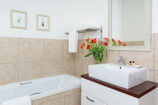 La Vieille Ferme: Bathrooms with bath and shower