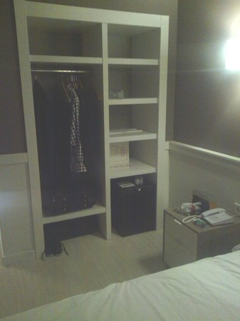 Hotel Paral - lel : armoire avec coffre fort mais sans porte