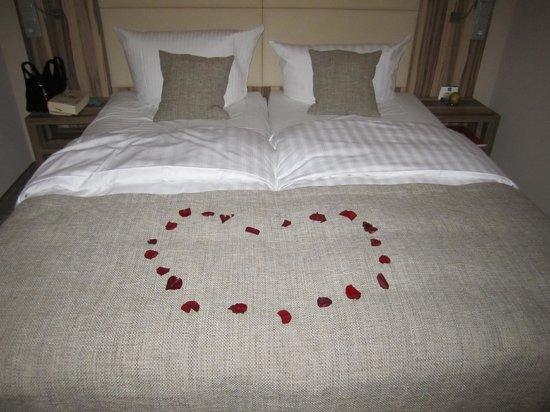 Parkhotel Oberhausen : geschmücktes Bett