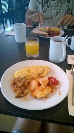 Millennium Resort Patong Phuket: le petit dejeuner...omelette et poulet tomate...miam!
