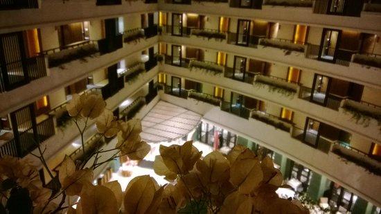 Millennium Resort Patong Phuket: vue du 5 eme etage de nuit