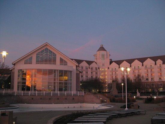 Hyatt Regency Chesapeake Bay Golf Resort, Spa & Marina: View of inclosed pool on right early morning
