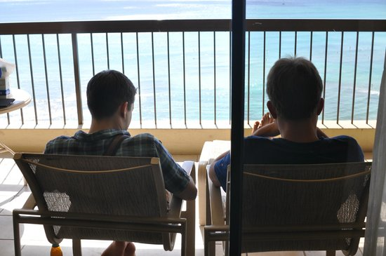 The Residences at Waikiki Beach Tower : ラナイで日陰からビーチを眺めるなんて贅沢!
