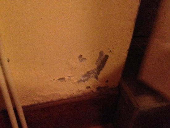 Hotel Taypikala Cusco: Desconchones en la habitación