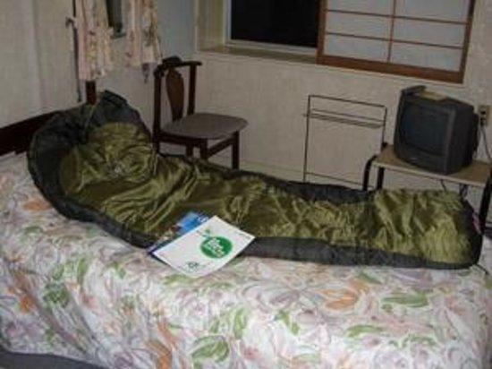Okushnaso: 洋室のベッドの上でシュラフのチェック