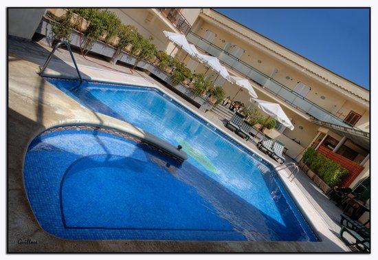 Hostal Cal Jaumet : piscina i habitacions Hostal Jaumet