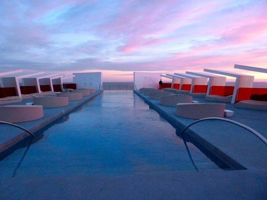 DoubleTree by Hilton Hotel Resort & Spa Reserva del Higueron: Infinity Pool at Sunset