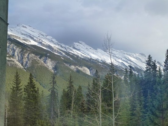 Rimrock Resort Hotel: Mountains shrouded in snow clouds