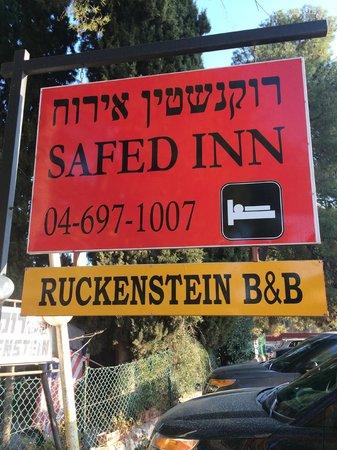Safed Inn: Uithangbord