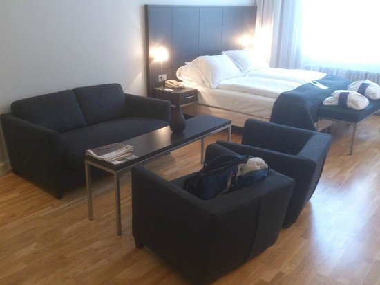 Radisson Blu 1919 Hotel, Reykjavik: Junior suite bed & sitting area