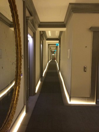Hotel Brunelleschi: The corridors are all lit at floor level