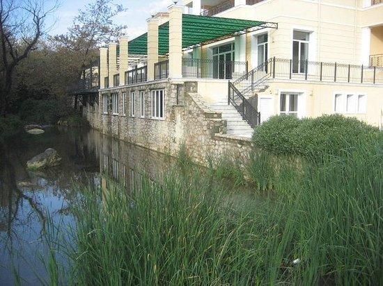Thermae Platystomou Resort & Spa: Το ποταμάκι στην πίσω πλευρά