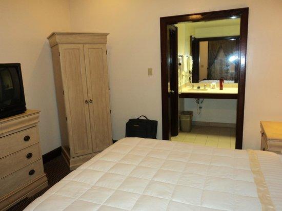 Prytania Park: chambre lavabo au fond avec douche à gauche