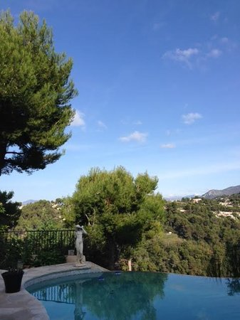 Au Jardin de Victorine : great pool with stunning view over mountains