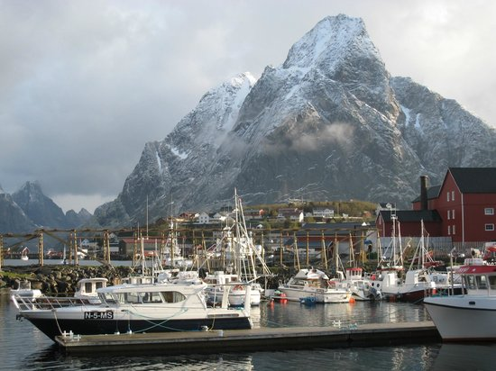 Reine Rorbuer: Stunning landscape just outside the cabin
