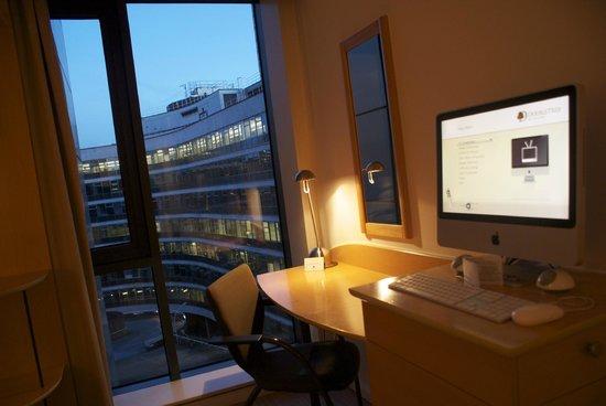 Doubletree by Hilton London - Westminster : Schreibtisch