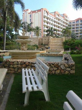 Sonesta Maho Beach Resort, Casino & Spa: fontana davanti al ristorante