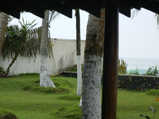 Apa Villa Thalpe : Blick auf die Mauer