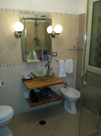 Althea Inn Roof Terrace : Spotless bathroom!