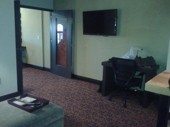 The Brewhouse Inn & Suites: TV in the livingroom