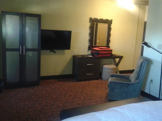 The Brewhouse Inn & Suites: 2nd TV in bedroom