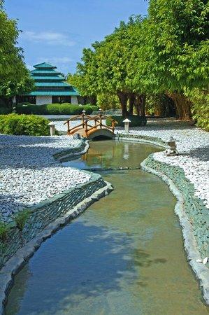Plantation Bay Resort And Spa: Japanese Garden inside the resort.  Massage/spa area.