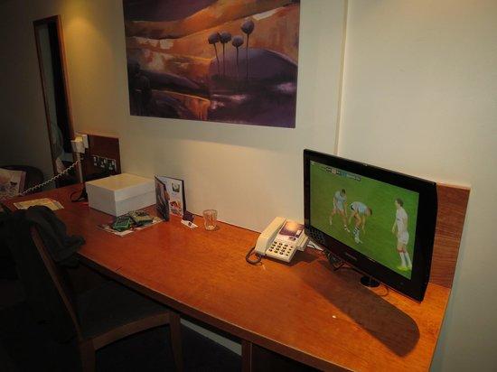 Premier Inn London Edgware Hotel: Tv/desk/chair