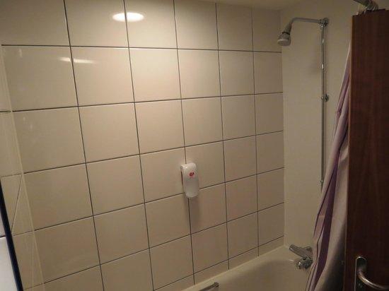 Premier Inn London Edgware Hotel: very clean tiles
