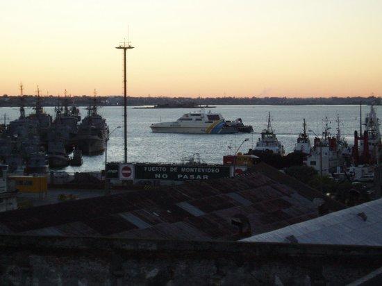 Don  Boutique Hotel: Le cataman rapide Buquebus en partance vers Buenos Aires depuis le rooftop