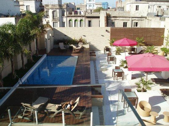 Don Boutique Hotel : Vue sur la terrasse avec la piscine depuis le rooftop